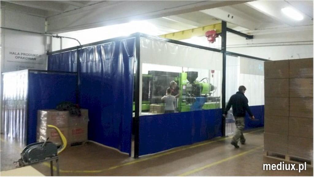 przegroda PCV z wgrzanym oknem, osłona maszyny na hali produkcyjnej