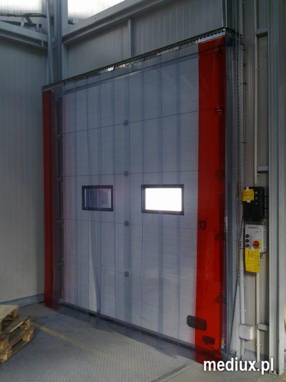 kurtyna paskowa wewnętrzna z folii PVC 300x3 mm STANDARD na konstrukcji, przed bramą segmentową